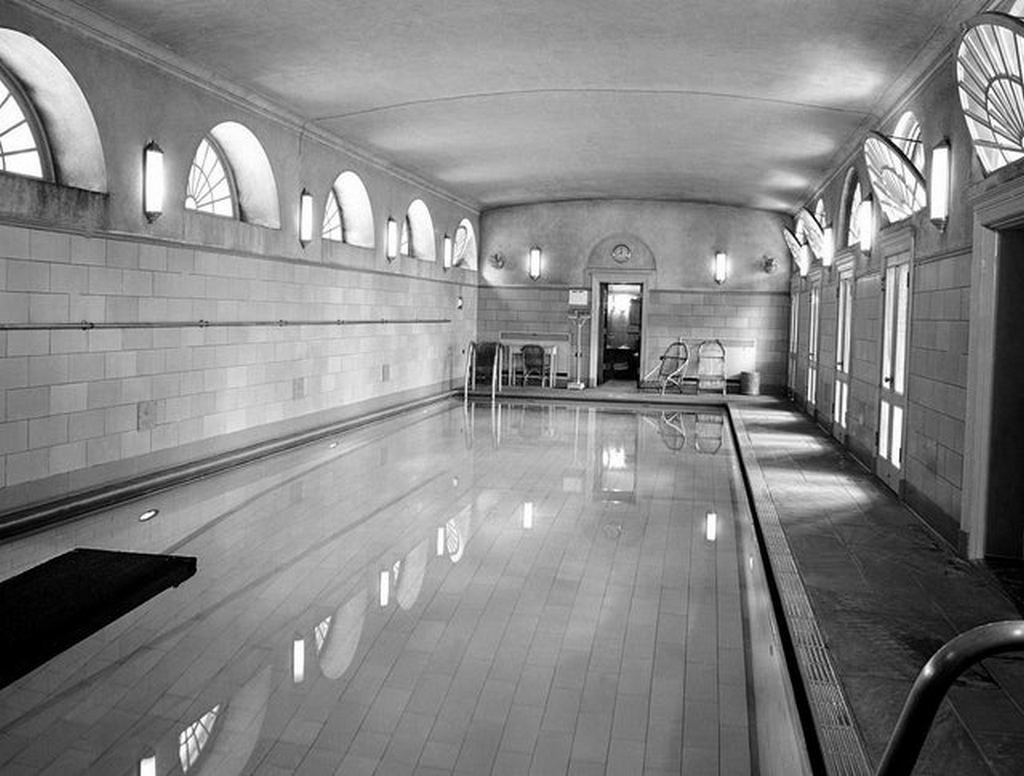1946_the_white_house_swimming_pool_this_is_now_the_briefing_room.jpg