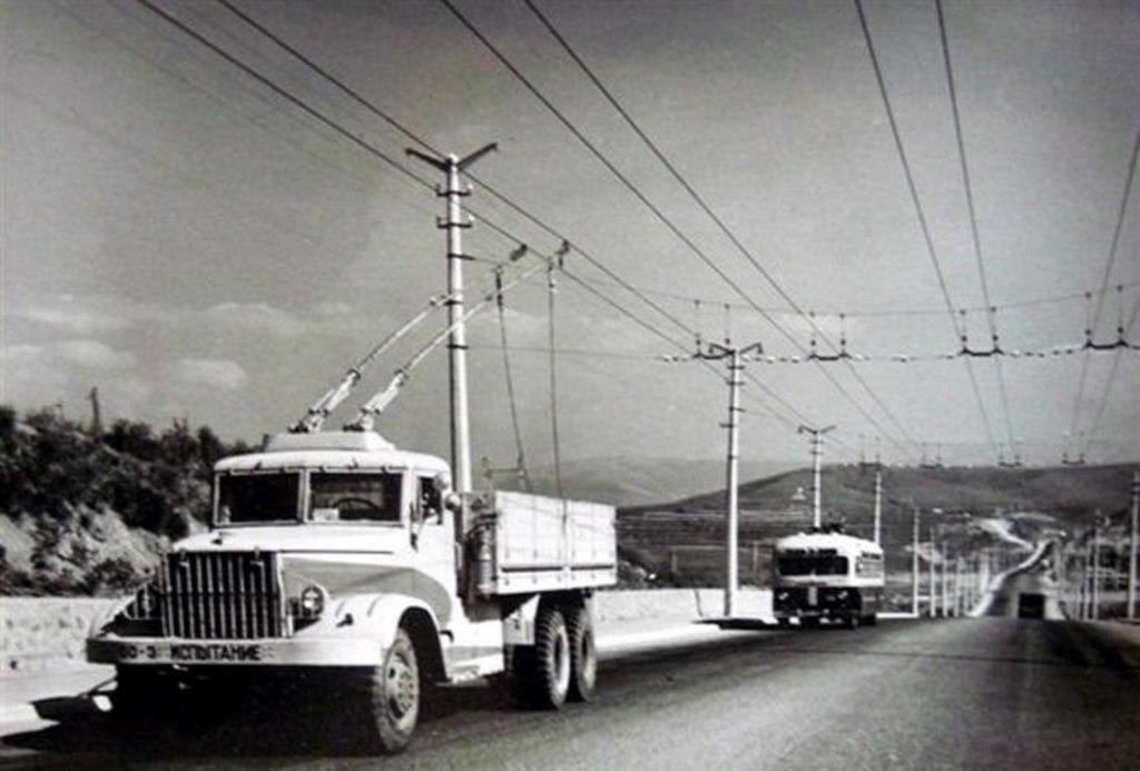 1961_dizel_kocsi_szallitasa_a_gtu-10-nel_a_kraz-219_bazison_szimferopol_jalta_autopalya_szovjetunio.jpeg