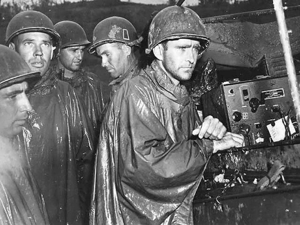 1945_majus_8_american_soldiers_on_okinawa_listening_to_news_of_the_german_capitulation_on_radio.jpg