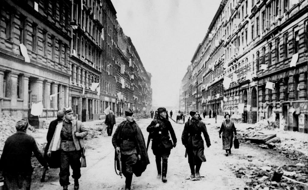 1945_majus_9_voros_hadsereg_katonai_setalni_az_utcan_ahol_a_civilek_logott_feher_zaszlokat_lapok_jelekent_atadas_elfogasa_utan_berlin.png
