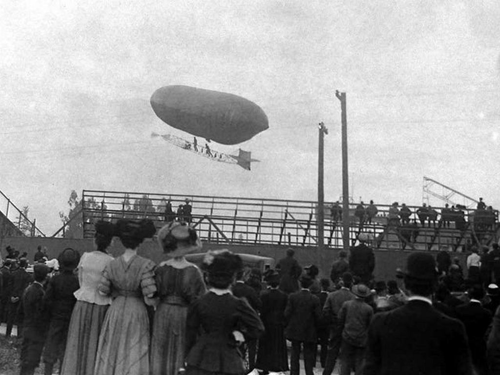 1910_spectators_watch_as_a_two-man_dirigible_flies_over_the_stands_at_the_los_angeles_international_air_meet.jpg