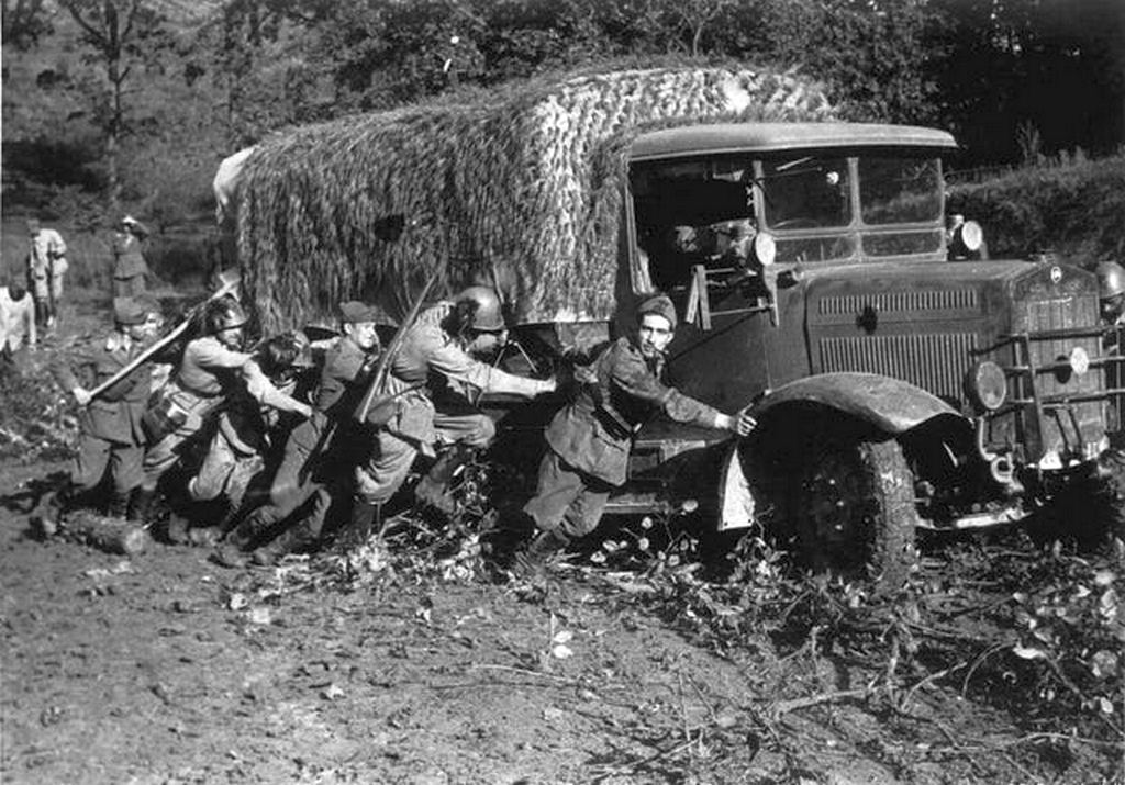 1941_italian_soldiers_pushing_a_truck_out_of_the_mud_in_russia_august.jpg