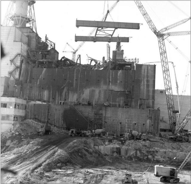 1986_a_szarkofag_epitese_a_csernobili_atomeromuben_szovjetunio.png