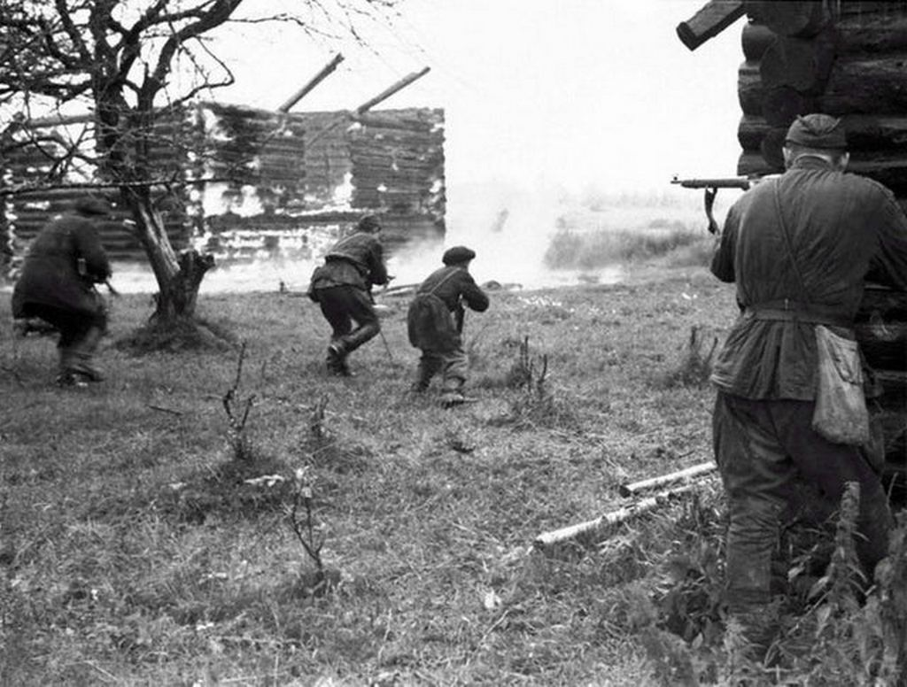 1942_augusztus_russian_partisans_attack_a_german-occupied_village_near_leningrad.jpg
