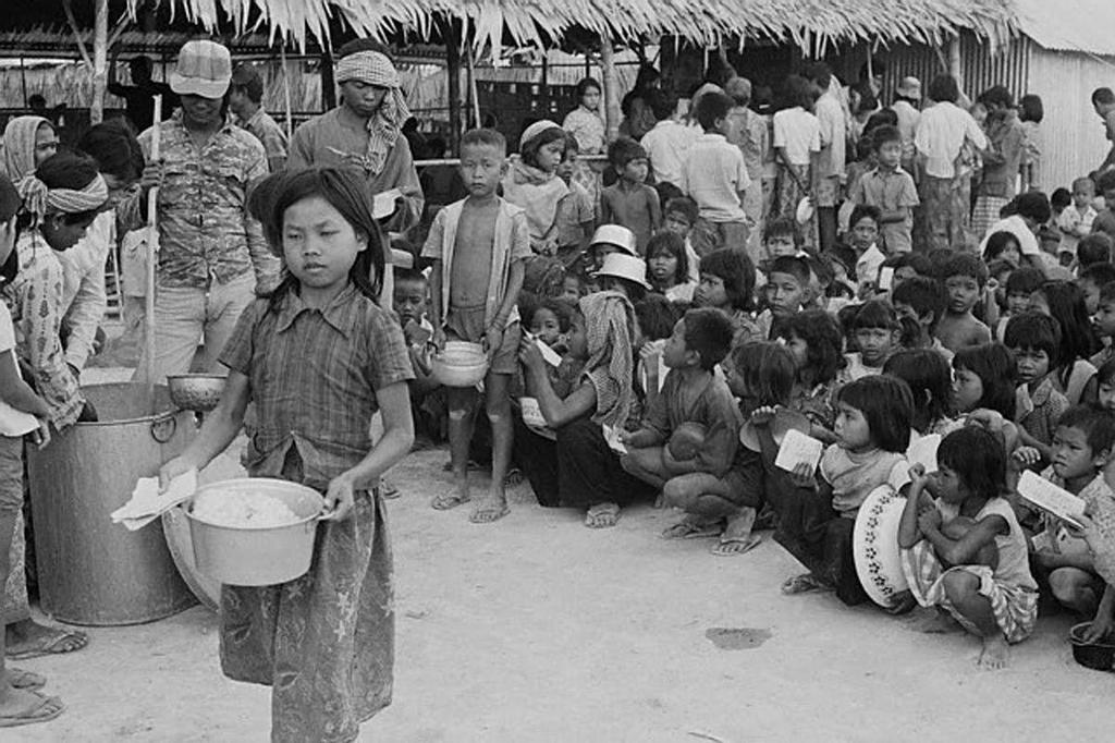 1975_homeless_orphans_waiting_for_their_turn_to_get_a_bowl_of_cooked-rice_at_a_refugee_camp_cambodia.jpg
