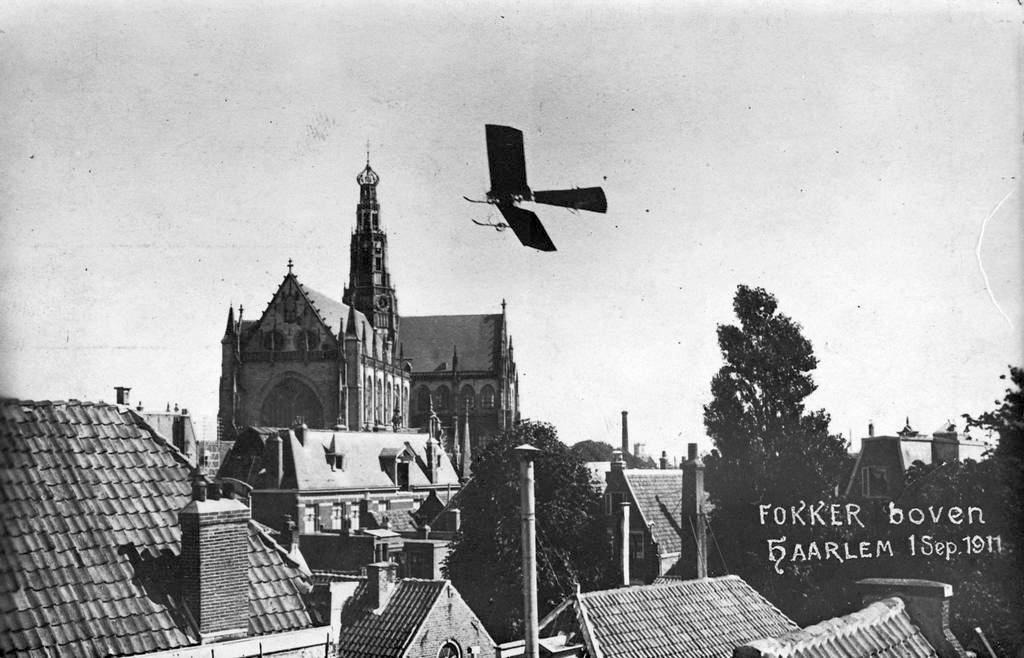 1911_szeptember_1_dutch_aviation_pioneer_anthony_fokker_in_his_spin_dutch_for_spider_flies_around_the_grote_kerk_dutch_for_big_church_in_haarlem.jpg