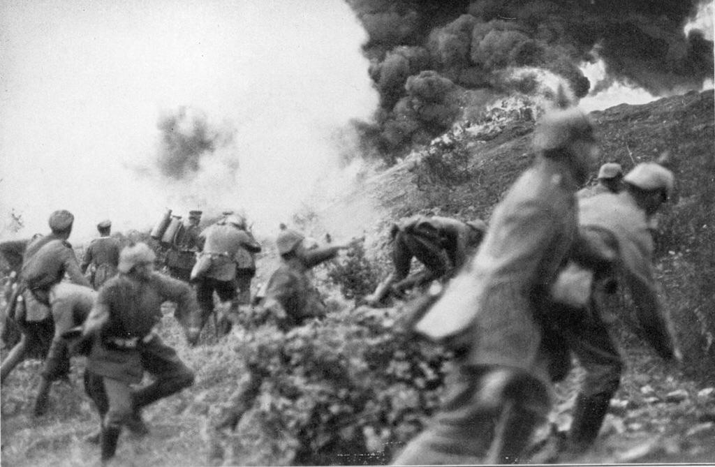 1916_german_stormtroopers_assaulting_french_positions_at_verdun.jpg