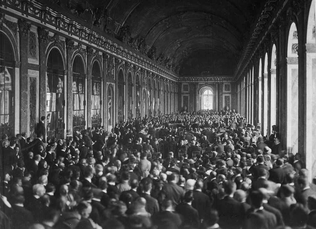 1919_junius_28_the_delegations_signing_the_treaty_of_versailles_in_the_hall_of_mirrors_versailles_france.jpg