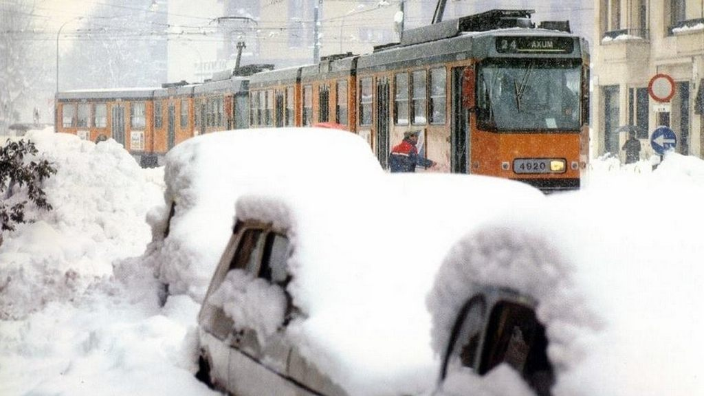 1985_milan_italy_buried_under_ninety_centimeters_of_snow_in_one_of_the_biggest_snowfalls_ever_recorded_in_italy_in_po_valley.jpg