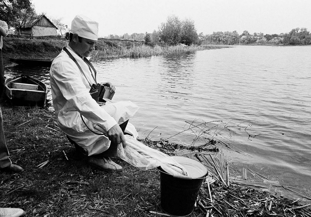 1986_majus_9_a_soviet_technician_checks_water_taken_from_a_stream_near_kiev_for_radiation_after_the_chernobyl_incident.png