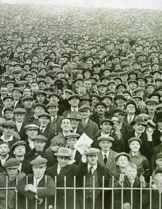 1930-as_evek_a_crowd_at_a_football_game_in_england.png