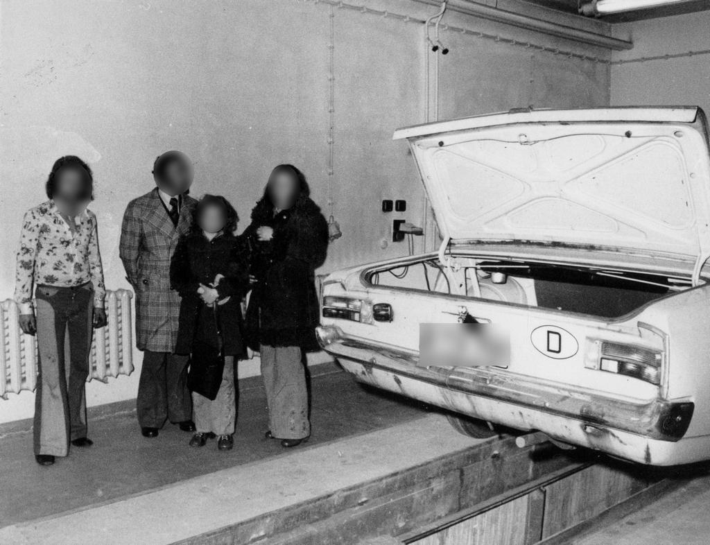 1970-es_evek_stasi_training_photos_west_germans_reenacting_their_crime1.jpg