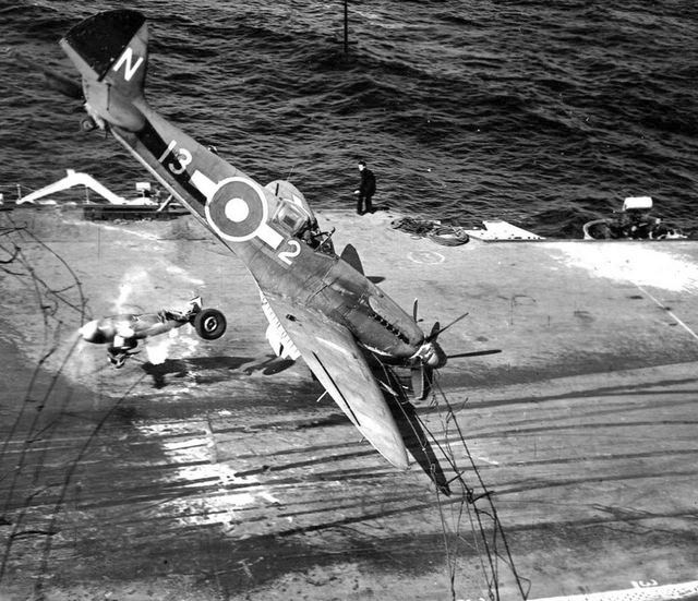 1944_a_supermarine_seafire_loses_part_of_it_s_undercarriage_while_landing_on_aircraft_carrier_hms_implacable_ww2_karolina-szigetek_csendes-ocean.jpg