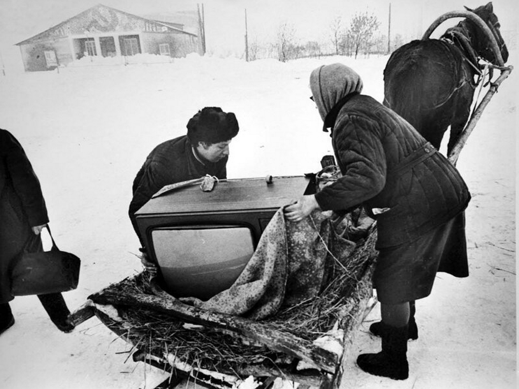 1980_television_arrived_to_the_village_photo_by_mark_steinbock_ussr.png