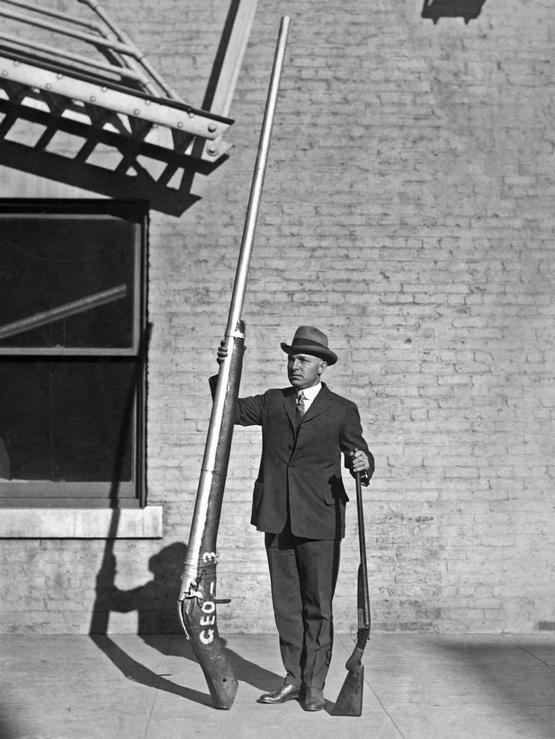 1920_illegal_10_9_shotgun_weighing_250_pounds_a_punt_gun_would_shoot_close_to_1_pound_shot_killing_3-4_dozens_of_fowl_duck.jpg