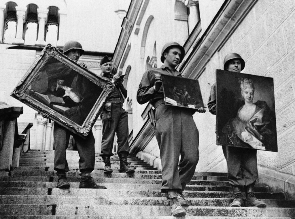 1945_majus_22_american_soldiers_remove_some_of_the_paintings_that_were_found_among_the_loot_the_germans_had_gathered_in_neuschwanstein_castle_at_fussen_austria.jpeg