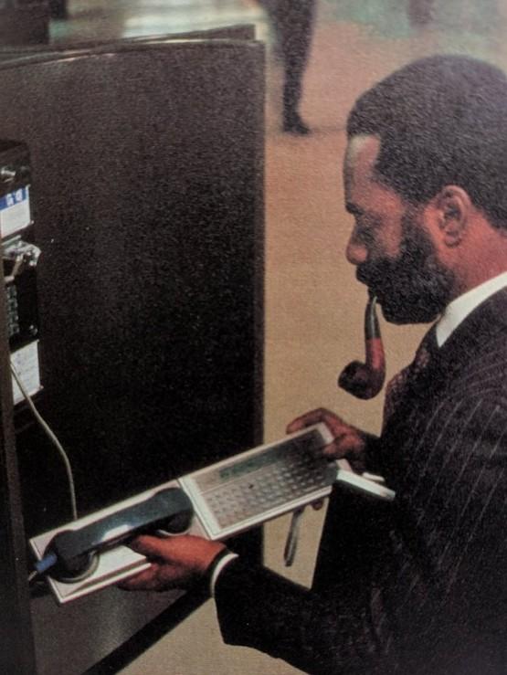 1982_a_panasonic_quasar_hhc_kezi_szamitogep_az_1_mhz-en_mukodo_mos_technology_6502_processzoron_alapulo_eszkoz_a_modemrol_kapcsolt_vonalakon_kuld_es_fogad_adatokat.jpeg