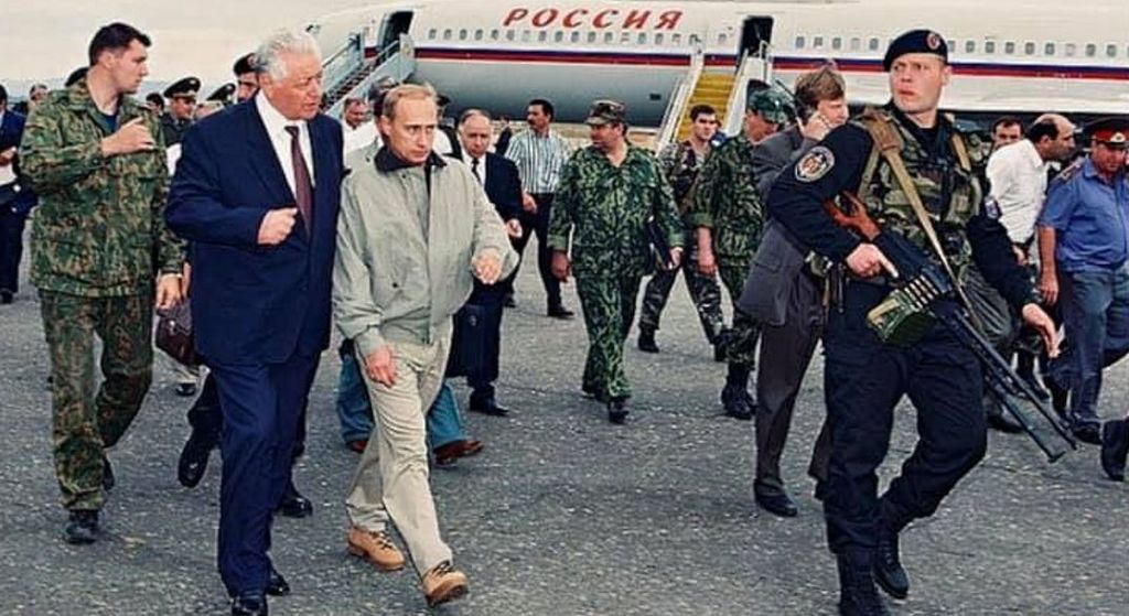 1999_igor_babuskin_dagesztani_asztahany_regio_vezetoje_geppuskaval_putyin_testorekent_cr.jpg