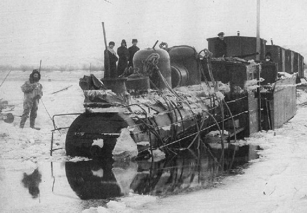 1905_az_amur_jegen_ideiglenesen_lefektetett_sinpalya_es_a_vele_egyutt_beszakadt_szerelveny_habarovszk_kozeleben.jpg