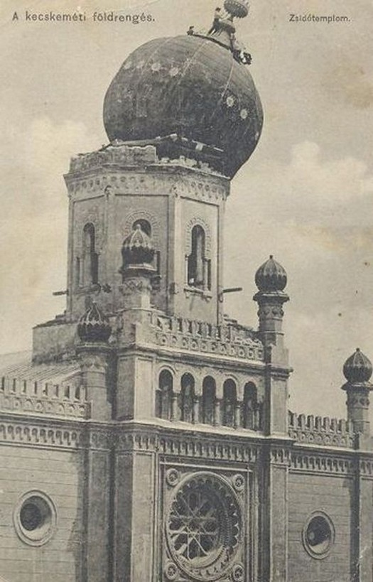 1911_a_kecskemeti_foldrengesben_megrongalodott_zsinagoga_tetejen_eppen_dolgoznak.jpg