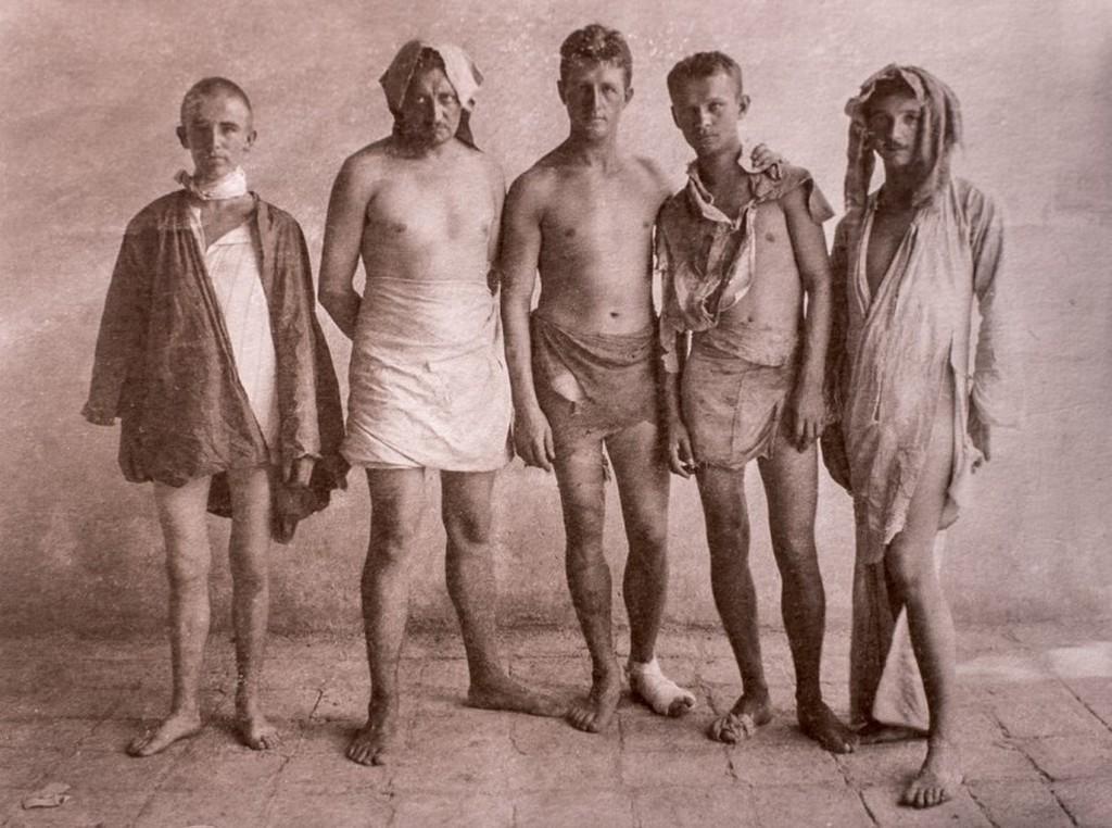 1915_hans_luhrs_nemet_hadnagy_embereivel_miutan_atkelt_a_sivatagon_hogy_szabotaljon_egy_brit_olajvezeteket_visszateroben_tobbszor_is_kiraboltak_oket_a_sivatagi_arab_torzsek_es_szo_szerint_mindenuket_elvettek.jpg