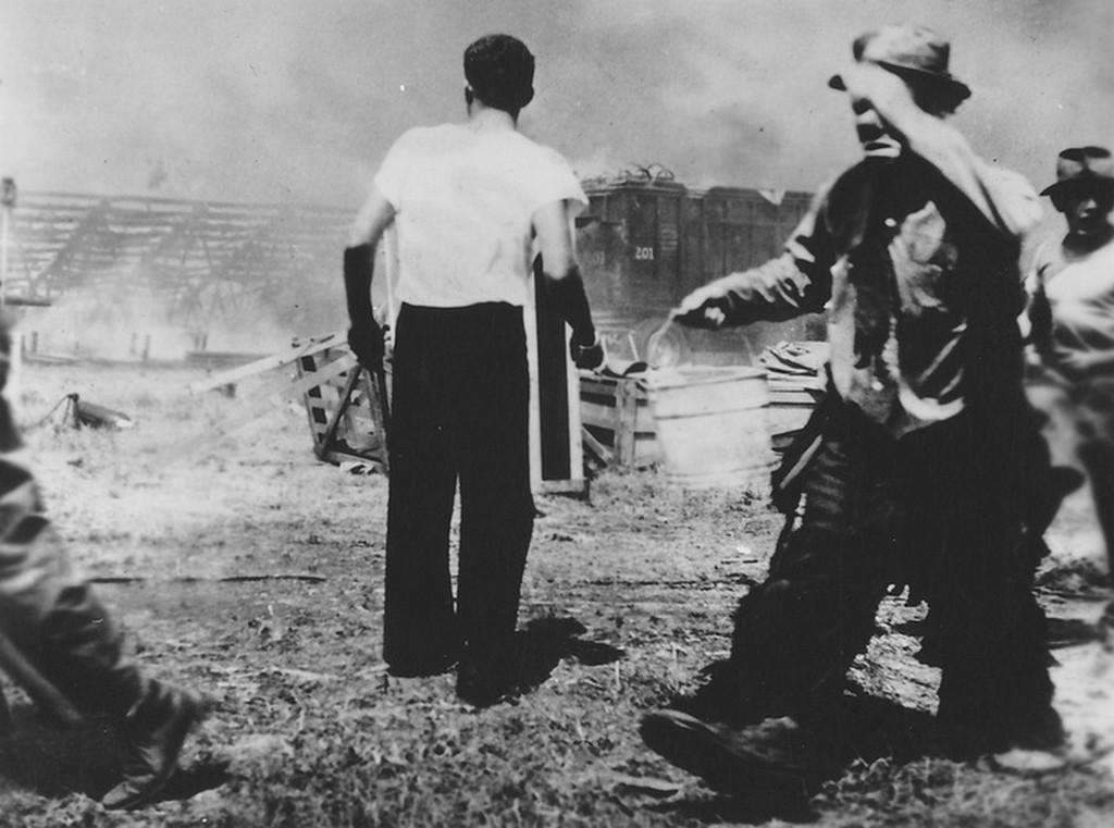 1944_a_nap_amikor_a_bohoc_is_sirt_emmett_kelly_a_barnum_es_bailey_cirkusz_bohoca_a_tragikus_167_aldozatot_kovetelo_hartfordi_cirkusztuz_oltasa_kozben_egy_vodor_vizzel.jpg