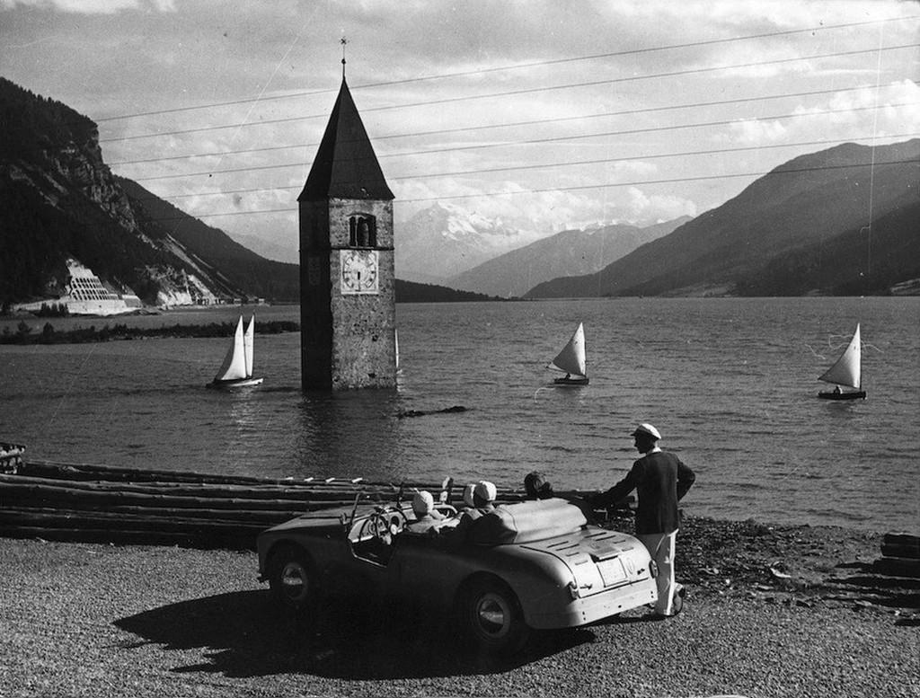 1953_a_mesterseges_reschensee_altal_elarasztott_graun_falu_megmaradt_templomtornya_del-tirolban.jpg