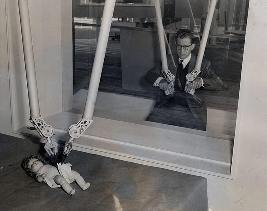 1954_a_magikus_kezek_nyugat-berlinben_az_ipari_vasaron_kiallitott_szerkezetet_sugarzo_vagy_biologiailag_veszelyes_anyagokkal_torteno_munkahoz_fejlesztettek_ki.jpg