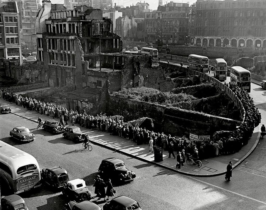 1955_a_londoni_villamosvezetok_sztrajkja_idejen_szazak_varnak_a_buszra.jpg