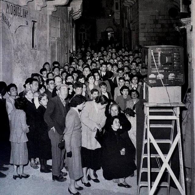 1958_az_elso_televizio_csodajara_gyultek_ossze_maltaiak_gozo-szigeten.jpg
