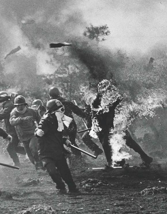 1960_japan_szocialistak_tiltakoznak_az_uj_tokioi_nemzetkozi_repter_epitese_ellen_az_egyik_tiltakozo_sajat_molotovkokteljatol_kapott_langra.jpg