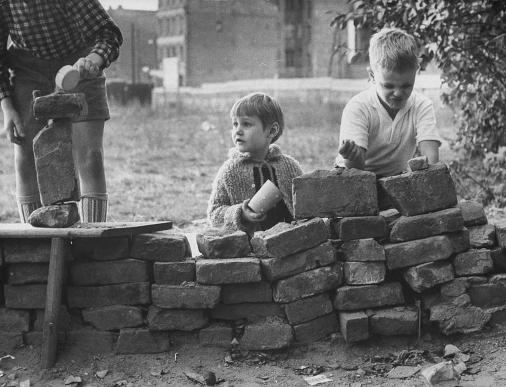 1961_nyugat-berlini_gyerekek_falasat_jatszanak.jpg