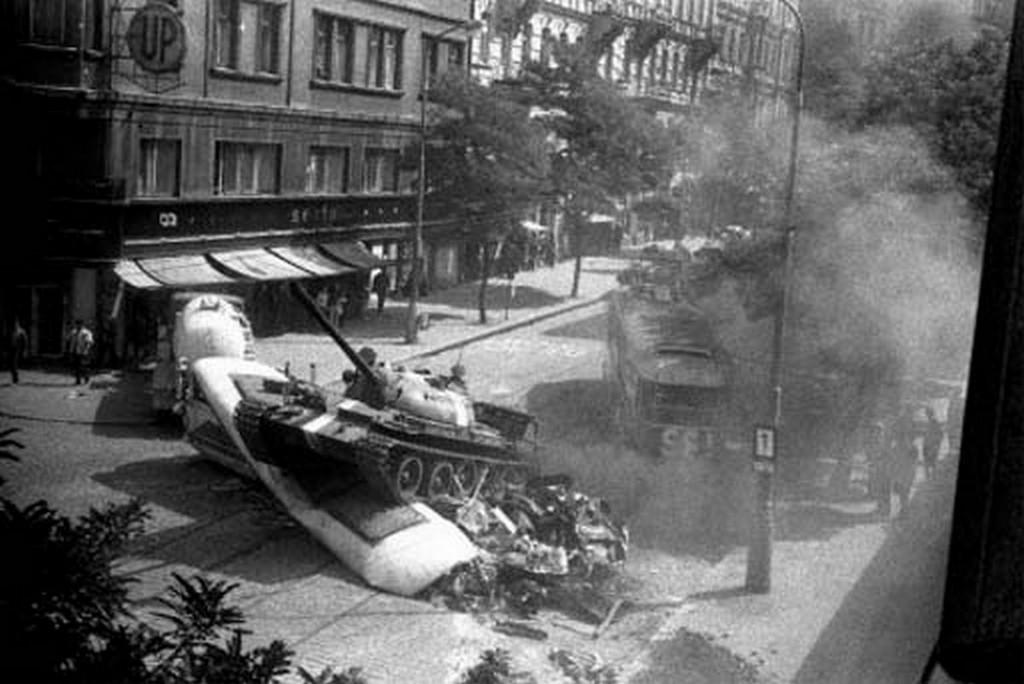 1968_augusztus_szovjet_tank_egy_pragai_barikadot_tipor_el.jpg