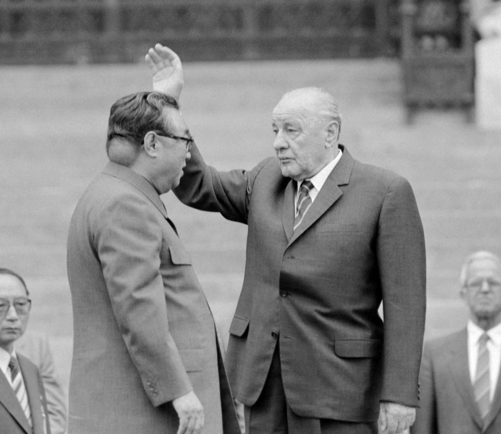1984_kim_ir_szen_budapesten_kadar_janos_partfotitkarral_talalkozik_az_eszak-koreai_kommunista_vezeto_nyakan_egy_teniszlabda_nagysagu_tumor_lathato.jpg