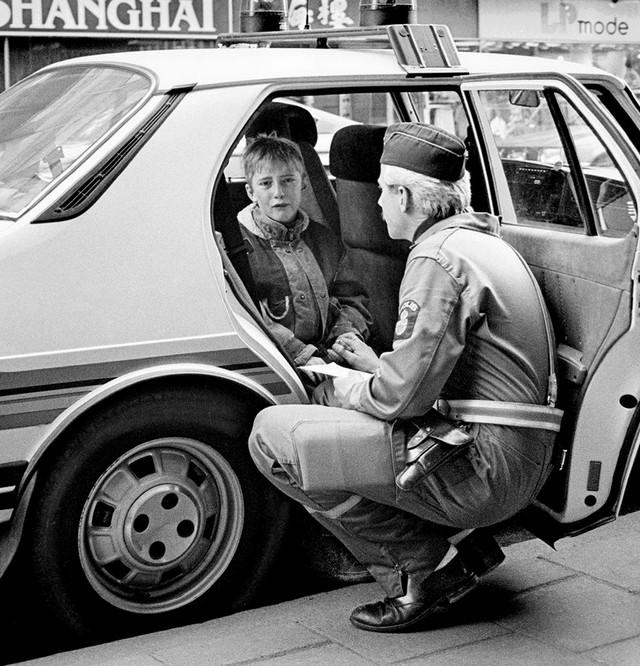 1986_sved_rendor_vigasztalja_a_rendorautoban_siro_gyereket_aki_balesetet_okozott_gordeszkajaval.jpg