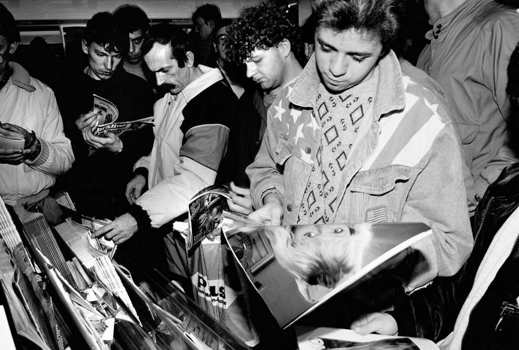 1989_a_berlini_fal_leomlasa_utani_elso_napon_nyugat-berlinben_a_keletiek_altal_elozonlott_szexshop.jpg
