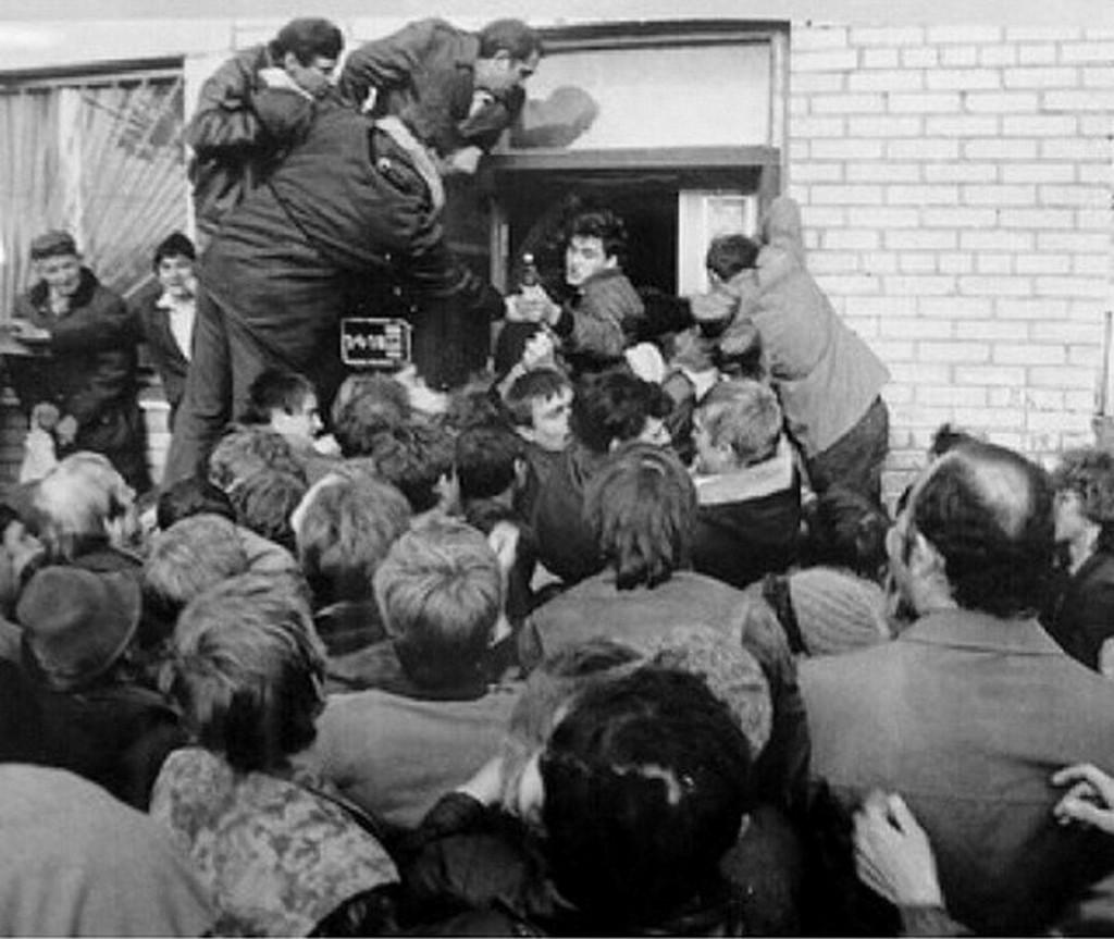 1990_augusztus_22_a_cseljabinszki_borlazadas_akkoriban_csak_napi_2_oran_at_arultak_alkoholt_az_uzletek_az_egyikben_a_szomjas_elvtarsak_a_maguk_kezebe_vettek_az_iranyitast.jpg