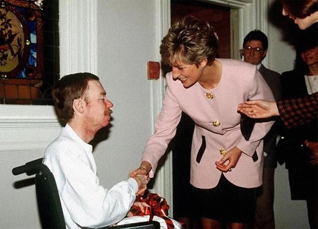 1991_diana_hercegno_kesztyu_nelkul_fog_kezet_egy_aids-beteggel_a_torontoi_kanada_casey_house_hospice_szolgalat_korhazaban_ez_a_gesztus_sokat_segitett_az_akkoriban_lepraskent_kerult.jpg