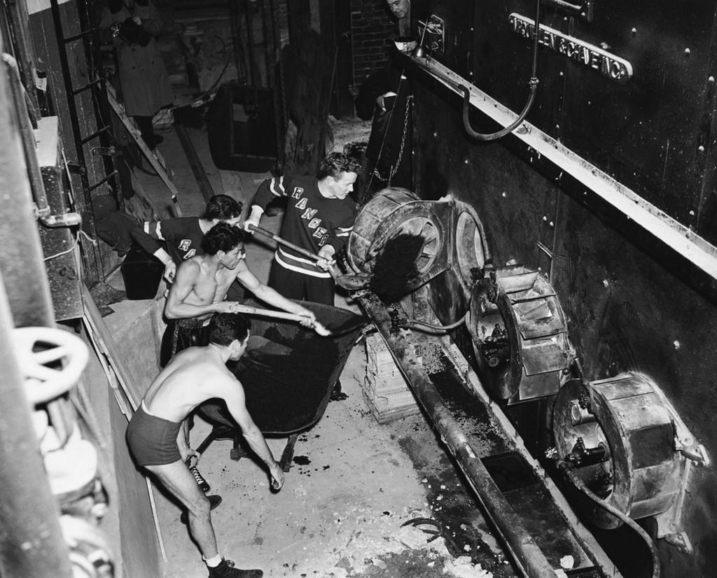 1942_decembere_a_new_york-i_madison_square_garden_olajkazanjat_a_futoolaj_hianya_miatt_szentuzelesuvel_helyettesitik_amit_a_sportolok_egymast_valtva_futenek_fel_2_jegkorongozo_es_2_bokszolo.jpeg