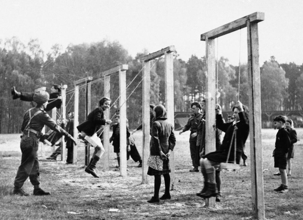 1945_aprilis_26_a_brit_csapatok_altal_frissen_felszabaditott_belseni_koncentracios_tabor_tulelo_gyerekeinek_sebteben_a_katonak_altal_keszitett_hintak.jpeg