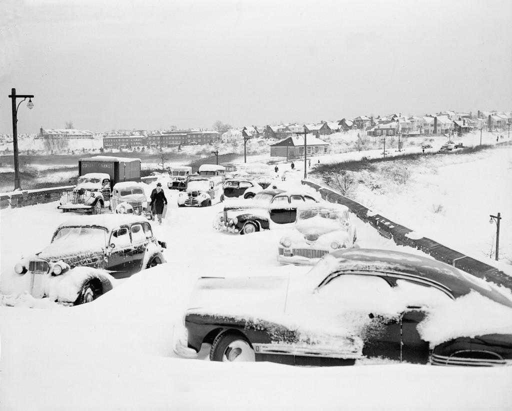 1947_december_27_a_hatalmas_havazasban_es_hofuvasban_elhagyott_jarmuvek_egy_hidon_new_york_queens_varosreszeben.jpeg
