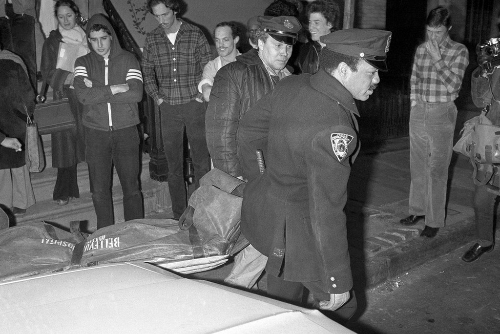 1979_februar_2_nyc_police_carry_the_body_of_punk_rock_star_sid_vicious_from_apartment_in_the_greenwich_village_apparently_died_of_an_overdose_of_heroin_day_after_released_from_prison.jpeg