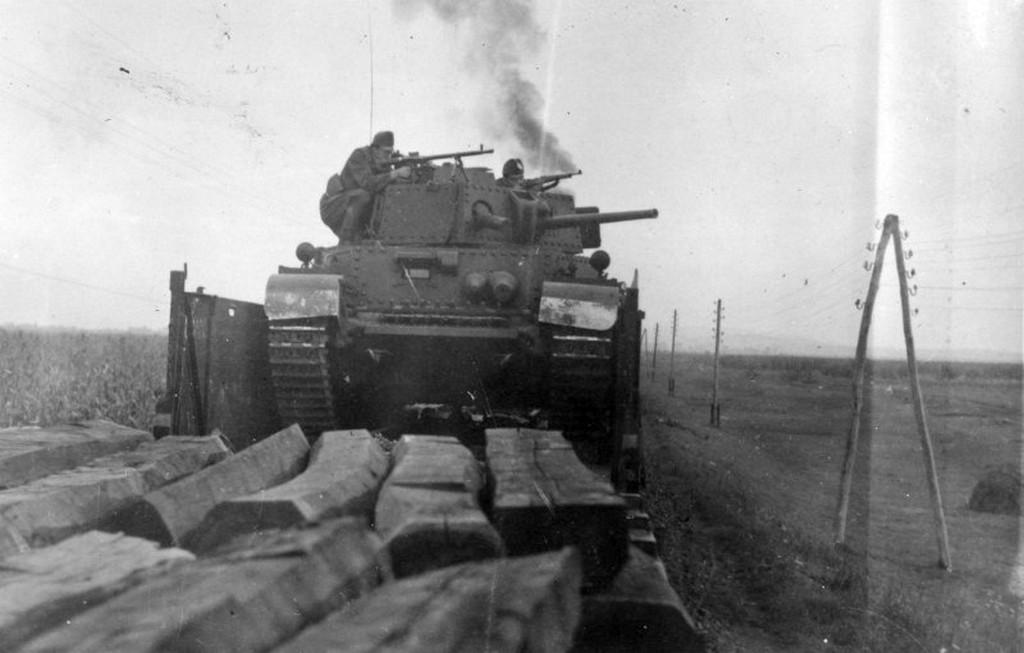 1944_magyar_turan_tank_egy_vasuti_szerelveny_hatso_traktusanak_vedelmere_hasznalva_erdelyben_amolyan_improvizalt_pancelvonatkent.jpg