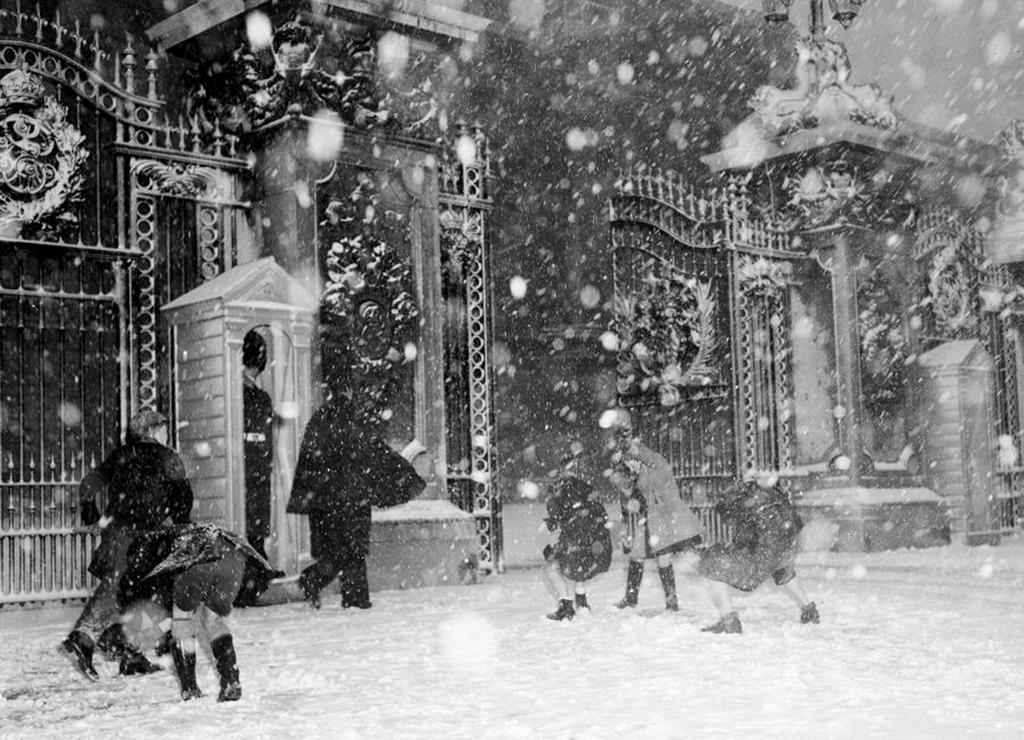 1955_januar_children_play_with_snowballs_in_front_of_buckingham_palace_london.jpg
