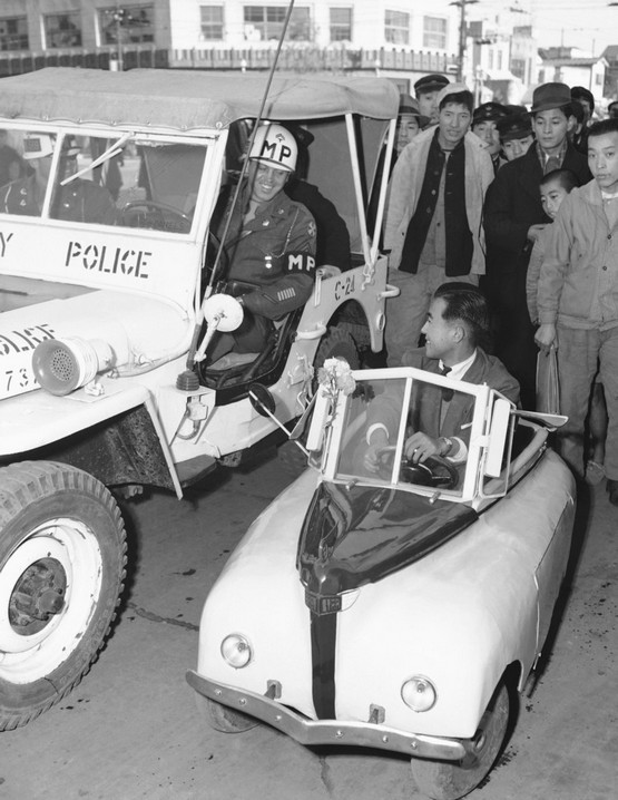 1947_mp_motor_patrol_inspects_the_electrically-powered_midget_auto_designed_by_a_former_kamikaze_pilot_during_its_first_public_run_in_tokyo.jpeg