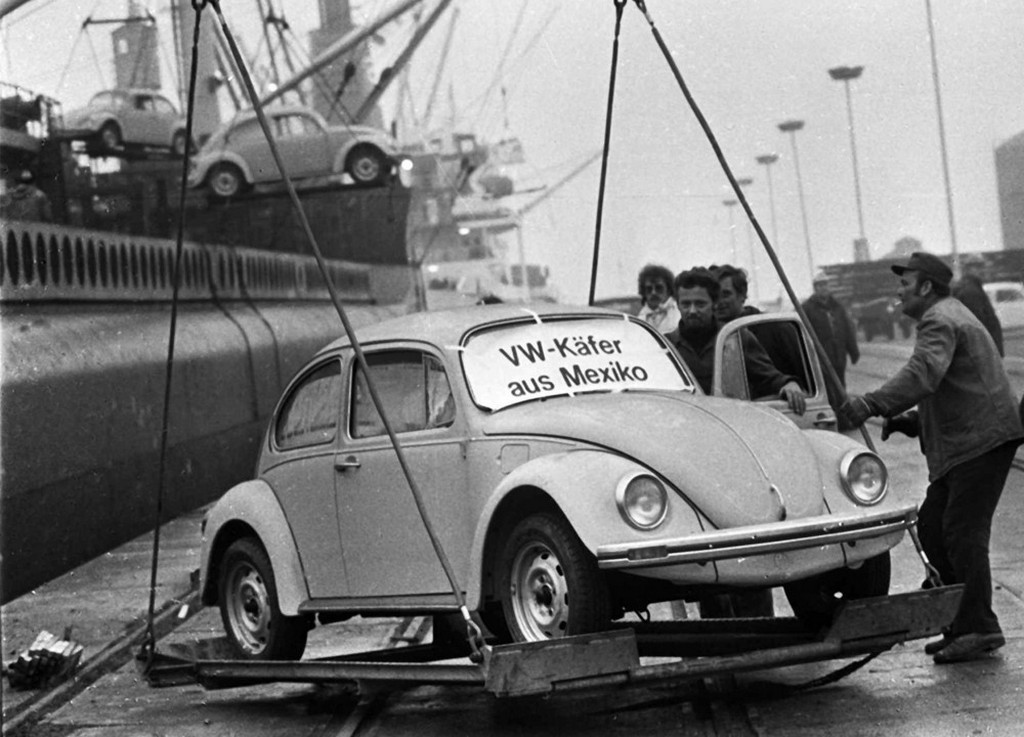 1977_the_first_of_a_shipment_of_volkswagen_beetles_made_in_mexico_are_unloaded_at_emden_harbor_in_germany.jpeg