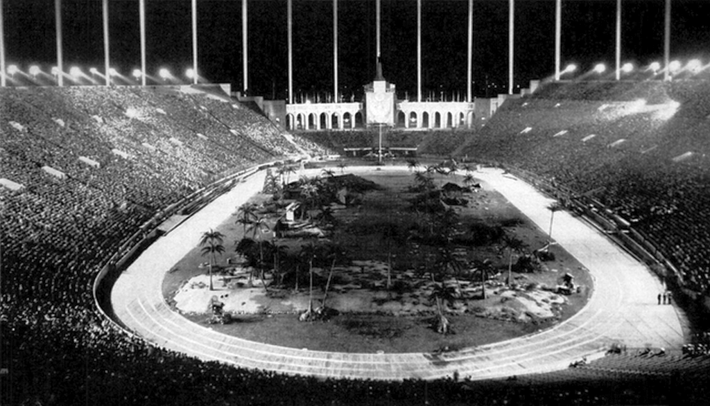 1944_januar_the_la_coliseum_where_the_us_army_and_navy_put_on_a_bond_drive_war_show_including_a_simulated_storming_of_a_japanese_atoll.png