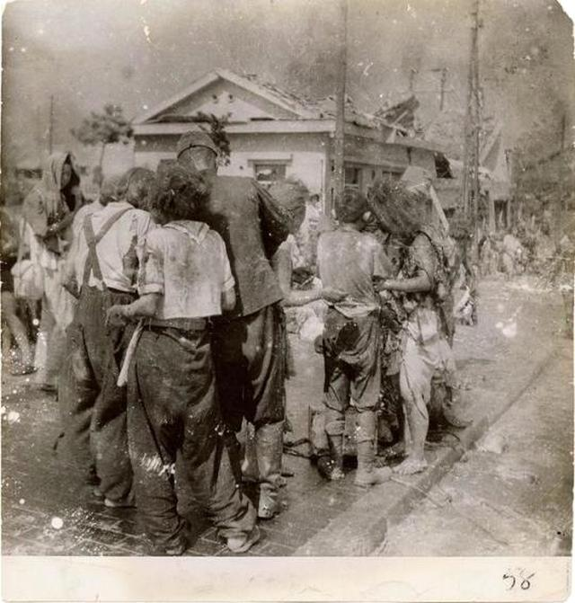 1945_augusztus_6_dazed_survivors_huddle_together_in_the_street_ten_minutes_after_the_atomic_bomb_was_dropped_on_their_city_hiroshima.jpg
