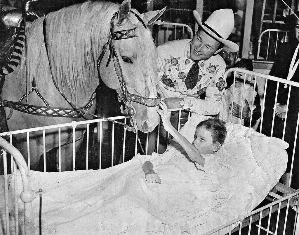 1953_roy_rogers_and_trigger_visit_boy_with_polio_pittsburgh_usa.jpg