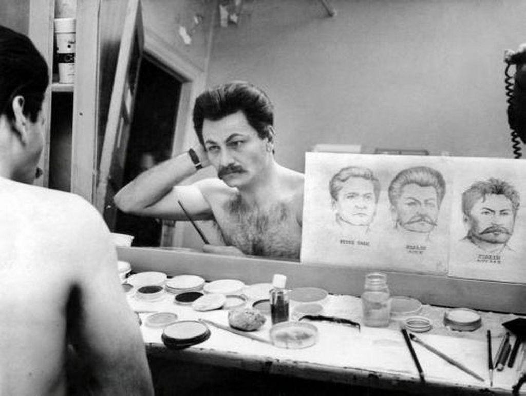 1963_peter_falk_a_kesobbi_columbo_felugyelo_sztalin_szerepere_maszkirozza_magat_egy_broadway-darabhoz.jpg